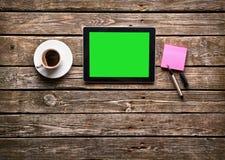 Tablette de Digital avec la tasse de café Photographie stock