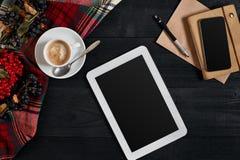 Tablette de Digital avec le carnet et la tasse de café sur le vieux bureau en bois Pause-café simple d'espace de travail ou avec  Images libres de droits