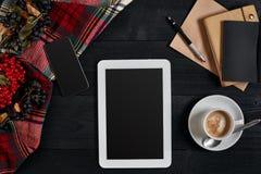 Tablette de Digital avec le carnet et la tasse de café sur le vieux bureau en bois Pause-café simple d'espace de travail ou avec  Photographie stock libre de droits