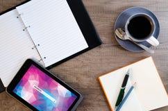 Tablette de Digital avec le papier de note et la tasse de café collants Image stock