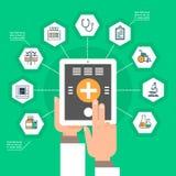 Tablette de Digital de prise de main avec le concept en ligne de traitement d'application de médecine de réseau social médical d' Images stock