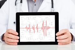 Tablette de docteur Showing Heartbeat On Digital Image stock