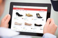 Tablette de Person Doing Online Shopping On Digital photographie stock