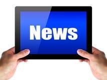 Tablette de prise de mains avec des actualités Image stock