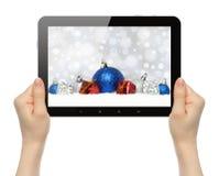 Tablette de prise de mains avec la composition en Noël Photographie stock