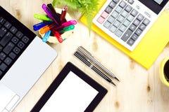 Tablette des leeren Bildschirms und labtop Tastatur mit Finanzbürozubehör Stockbilder