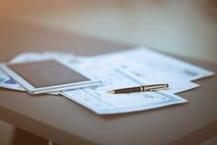 Tablette et diagrammes financiers image stock