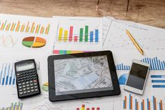Tablette et diagrammes financiers, calculatrice image libre de droits