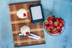 Tablette et fraise Photos stock