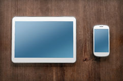 Tablette et Smartphone sur le Tableau de vintage Photo stock