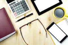 Tablette et téléphone intelligent sur le bureau de travail de bureau, table en bois fonctionnante de vue supérieure Images libres de droits