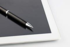 Tablette et un stylo moderne de noir-argent en métal sur un fond blanc Photo stock