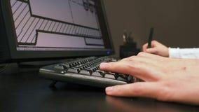 Tablette 31 Fermez-vous de la main d'un ingénieur éditant le plan dans le système de DAO, dimension signée sur le moniteur d'affi clips vidéos