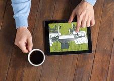 Tablette mit den Händen und Kaffee auf einem Schreibtisch Auf dem Tabletten-, Grünen und Grauenplan Lizenzfreie Stockfotografie