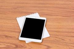 Tablette numérique blanche sur en bois Photographie stock libre de droits