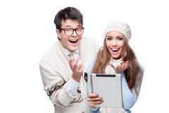 Tablette occasionnelle de sourire de fixation de couples de jeunes Photographie stock libre de droits