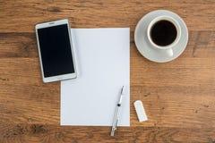 Tablette, papier, gomme et crayon mécanique avec du café Photographie stock libre de droits