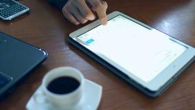 Tablette PC auf dem Schreibtisch stock video footage