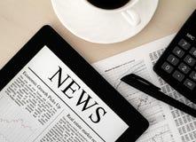 Tablette PC mit Nachrichten auf Schreibtisch Stockfotos