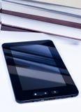 Tablette-PC vor einigen Büchern Stockfoto