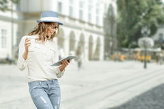 Tablette-PC, -zeitung und -Tasse Kaffee Lizenzfreies Stockfoto
