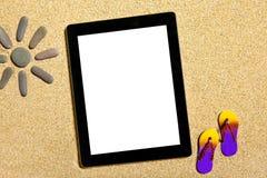 Tablette se trouvant sur le sable Photos stock