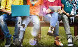 Tablette sociale d'ordinateur portable de media d'éducation d'étudiants Photographie stock libre de droits