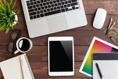 Tablette sur l'espace de travail créatif sur la vue supérieure Photographie stock libre de droits