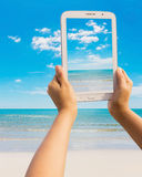 Tablette sur la plage Photographie stock