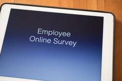 Tablette sur la table avec l'enquête en ligne des employés Photos libres de droits