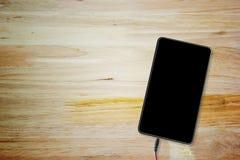 Tablette sur la table en bois avec l'espace de copie de la vue supérieure Photos stock
