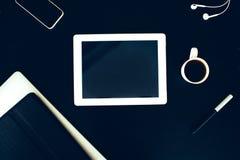Tablette sur la table en bois avec les écouteurs et le café Photos libres de droits