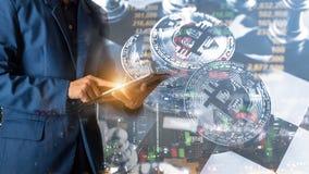 Tablette tactile de doigt d'homme d'affaires avec la courbe de rentabilité de finances et d'opérations bancaires des actions photo libre de droits