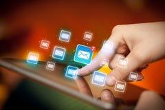 Tablette tactile de doigts avec le courrier Photos stock