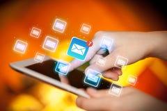 Tablette tactile de doigts avec le courrier Images stock