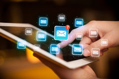 Tablette tactile de doigts avec le courrier Image stock