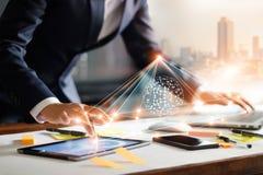 Tablette tactile et ordinateur portable d'homme d'affaires Gestion d'échange de données photographie stock