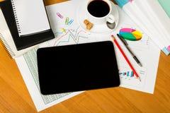 Tablette, tasse de café, carnet, stylo, feuilles de papier avec l'a Image libre de droits