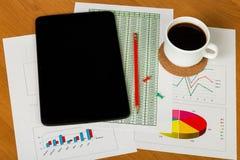 Tablette, tasse de café, crayon, boutons, feuilles de compte de papier Photo libre de droits