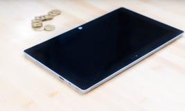 Tablette und Geld Lizenzfreies Stockbild