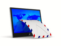 Tablette und Umschlag auf weißem Hintergrund Lizenzfreie Stockfotografie
