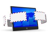 Tablette und Umschlag auf weißem Hintergrund Stockfotos