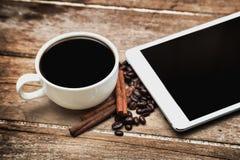 Tablette vide de Digital avec du café photographie stock