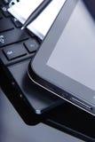 Tablettecomputer und -laptop auf Schreibtisch Lizenzfreie Stockbilder