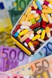 Tabletten, boodschappenwagentje, euro rekeningen Royalty-vrije Stock Foto