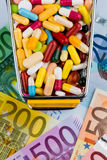 Tabletten, boodschappenwagentje, euro rekeningen Stock Foto