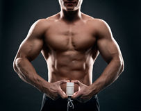 Tabletten in de hand van een atleet royalty-vrije stock afbeelding