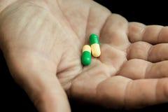Tabletten in de hand van een bejaarde royalty-vrije stock foto