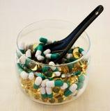 Tabletten in een transparante kom Stock Afbeelding