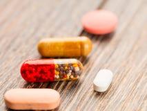 Tabletten en capsules in het deksel Stock Afbeeldingen